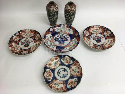 Four Chinese Imari plates and a pair of cloisonne vases a/ f - NO RESERVE