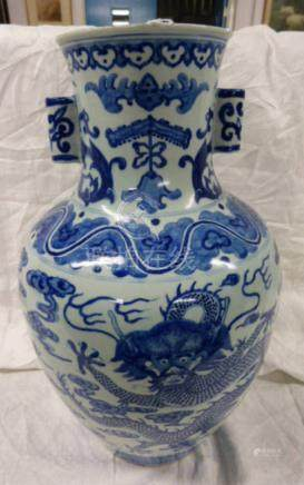 CHINESE BLUE & WHITE VASE DECORATED WITH DRAGONS,