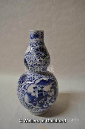 A Chinese blue and white double gourd vase decorated with warriors on horseback, 20cm.