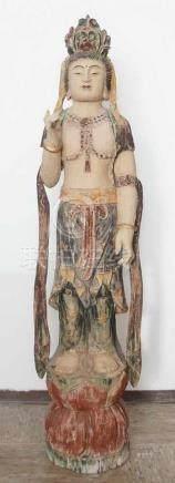 Stehende asiatische Skulptur, Holz geschnitzt, Reste alter Fassung, um 1800, H 134 cm