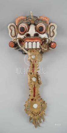 Tibetanische Ritualmaske, Holz geschnitzt und gefasst, mit auf Stoff genähtem undgeprägtem Papier,