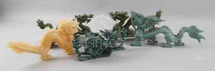 Konvolut von sechs Drachen, u.a. Jade geschnitzt, L 17-26 cm