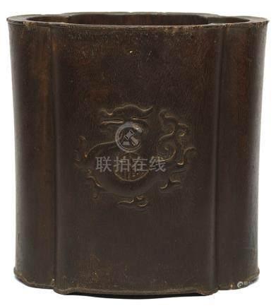 檀木龍紋海棠形筆筒