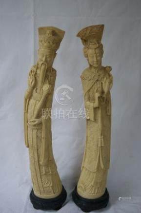 CHINE Couple de dignataires en résine façon ivoire. Socles en bois. Haut.: 62 c