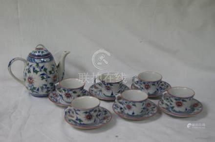 CHINE Partie de service en porcelaine blanche, à décor de végétaux, comprenant