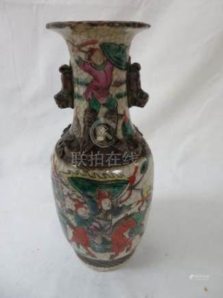 CHINE Vase balustre en porcelaine de Canton, à décor de personnages et animaux