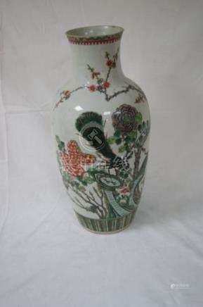 CHINE vase en porcelaine blanche à décor polychrome de paon branché. Hauteur 44