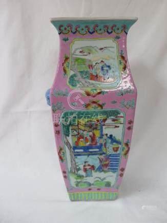 CHINE Vase en porcelaine polychrome à décor de scènes de palais. Haut.: 42 cm