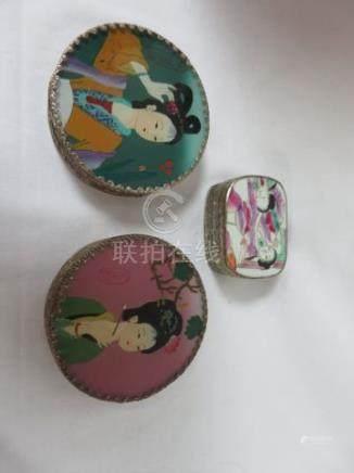 CHINE Lot comprenant 2 bonbonnières et un pilulier en métal et céramique. 6-8 c