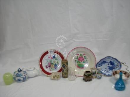 Lot comprenant un vase oriental en céramique, un pichet en verre, un petit cloi