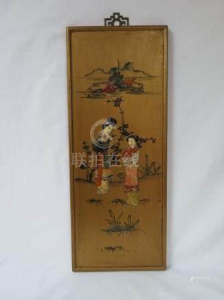 CHINE Panneau en bois laqué et doré, figurant deux personnages féminins. A déco