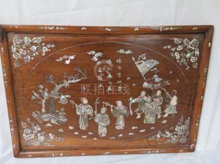 CHINE Plateau à décor incrusté de nacre, figurant une scène de bataille. 40 x 6