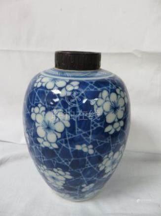 CHINE Vase en porcelaine blanche et bleue. Cachet sous couverte. Monture de col