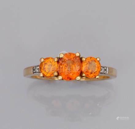 Bague jarretière en or jaune 375°/00 (9K), sertie de trois saphirs oranges (dif