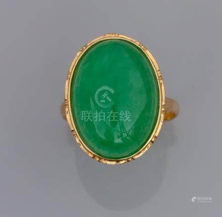 Bague en or jaune 750°/00 (18K), sertie d 'un jade ovale traité. 4 g. TDD 53. P