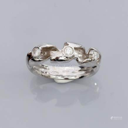 Bague en or gris 750°/00 (18K), sertie de trois diamants taille brillant. 6.30
