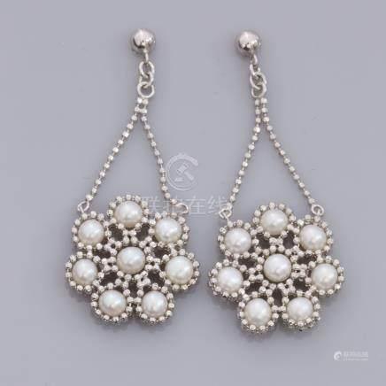 Paire de boucles d'oreilles fleurs en argent 925, serties de perles de culture.