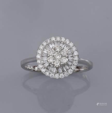 Bague  ronde en or gris 750°/00 (18K), sertie de diamants taille brillant et ta