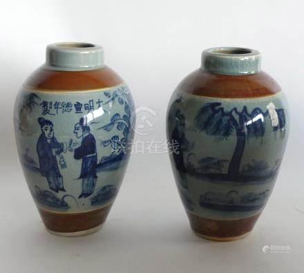 Paire de VASES en porcelaine craquelé à décor en camaieu bleu de personnages, C