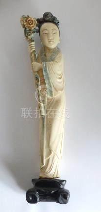KWANINE en ivoire à rehauts polychrome, Chine début XXe