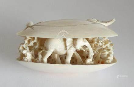 *COQUILLAGE en ivoire sculpté à décor d'animaux, personnages et frondaisons. Ch