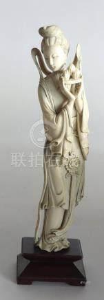 Kawnine en ivoire, tenant un plateau supportant des pêches de longévité, Chine,