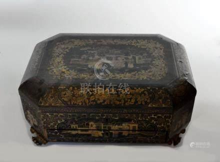 BOITE à THE en carton bouilli laqué à décor or sur fond noir de scènes de cour