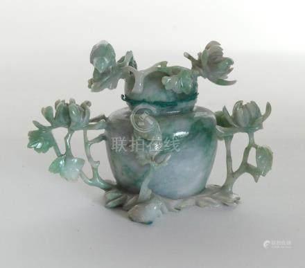 VASE couvert en jade à décor de rameaux fleuris, Chine