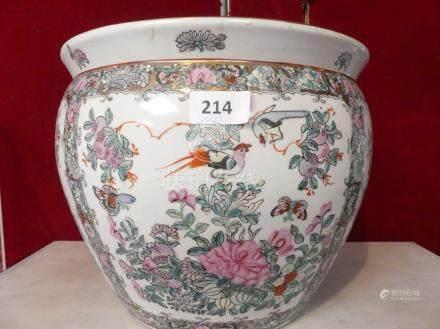 CACHE POT en porcelaine à décor polychrome d'oiseaux branchés et de poissons. C