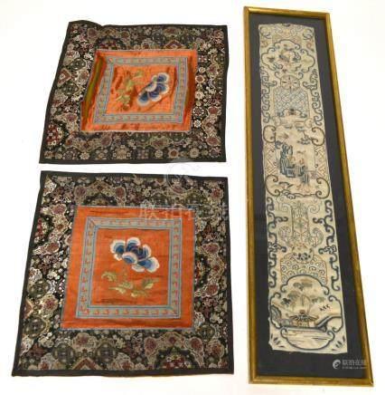 Trois FRAGMENTS de broderies chinoises, à décor de personnages et de fleurs. Ch