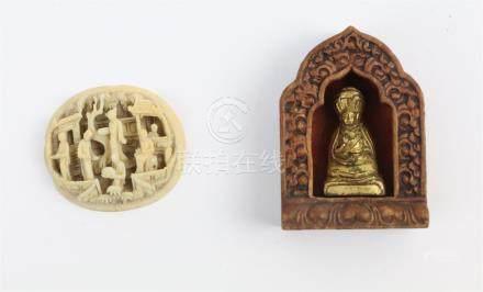 CHINE. Autel de voyage en bois sculpté contenant un bouddha et bouton en ivoire