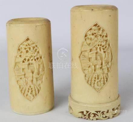 CHINE, Canton. Paire de pots à pinceaux en ivoire, à décor sculpté dans des car
