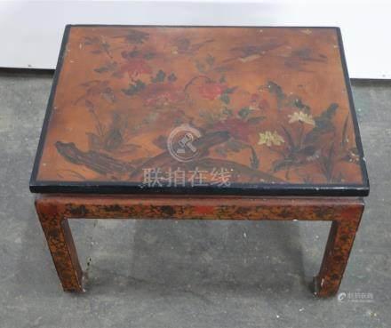 Table basse en bois laqué  Chine, XIXème siècle Le plateau à décor d'un oiseau
