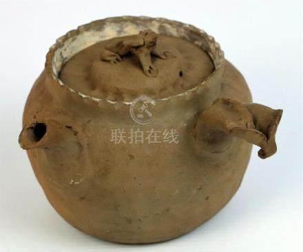 CHINE ou JAPON. Théïère en terre cuite, la prise formée d'un animal. H_12 vm L_
