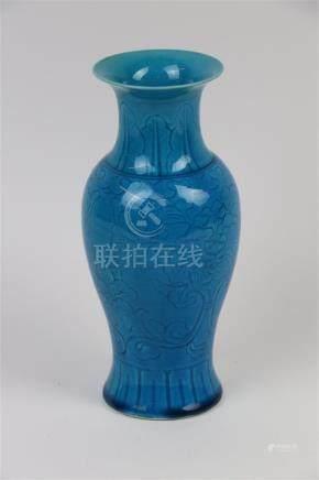CHINE. Vase à décor de feuilles et de fleurs sur fond bleu turquoise. H_20 cm