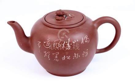 CHINE. Théïère en grès de Yixing à décor d'un oiseau branché et de calligraphie