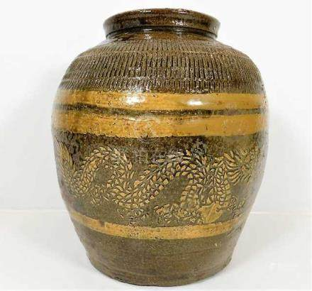 A Chinese stoneware vase decorated with dragons 10