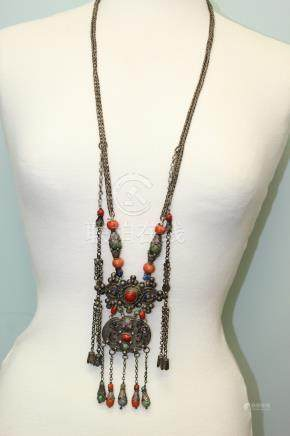 Chinese silver and coral necklace. Qing dynasty.