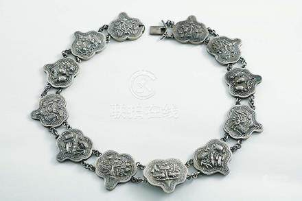 A LATE 19TH / EARLY 20TH CENTURY CHINESE NECKLACE made up of twelve shaped and linked panels, each