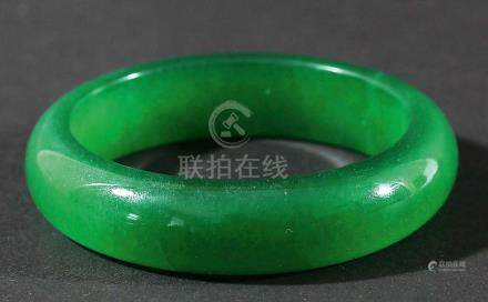 CHINESE GREEN JADEITE BANGLE, diameter 8cm