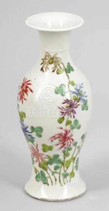 VaseChina, Anfang 20. Jahrhundert. Porzellan. Polychrom bemalt. H. 23,5 cm. Rote Bodenmarke: