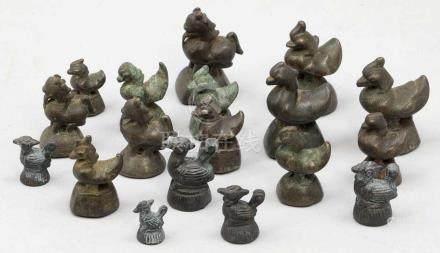 Konvolut OpiumgewichteBurma, 19. Jahrhundert. Bronze. H. 2,7 bis 6,5 cm. 18 Gewichte in