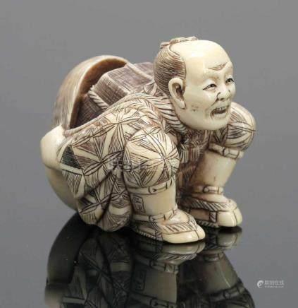 OkimonoJapan, um 1900. Elfenbein. H. 5 cm. Signatur. - Zustand: Kl. Besch. an der Maske. Kniender