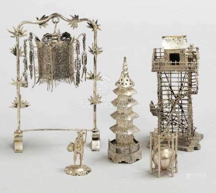 5 Deko-ObjekteChina, 20. Jahrhundert. Silber. Ges.-Gew. 192 g. Unterschiedliche Ausformungen.