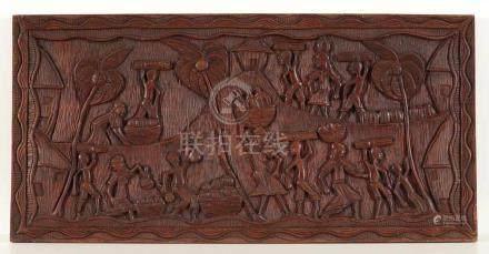 Schnitzrelief mit TänzerinnenIndien. Holz, rot gebeizt. Geschnitzt. 49,5 x 101 cm. Ernteszene. Mit