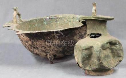 Bronze Gefäß mit Aufhängungen. Wohl China, antik.47 cm Durchmesser. 18 cm hoch. Dazu Kupfer / Bronze