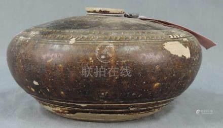 Steingutgefäß. Bauchig modelliert. Wohl Zentralasien, antik.10,5 cm hoch.Stoneware vessel. Belly