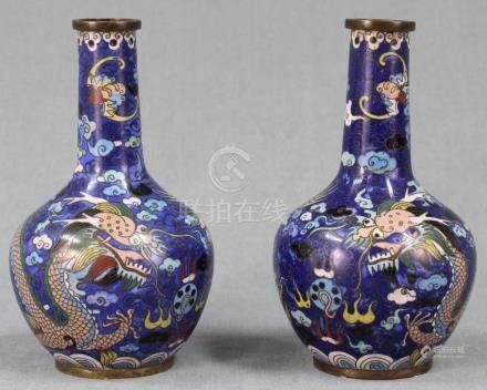 Zwei Claisonne Vasen Japan. Drache jagt die Flammende Perle.Je 16 cm hoch. Wohl Edo-Zeit (1600 -