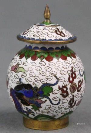 Kleine Claisonne Deckelvase mit Drachen. Japan. Wohl alt.6,5 cm hoch mit Deckel.Small claisonne