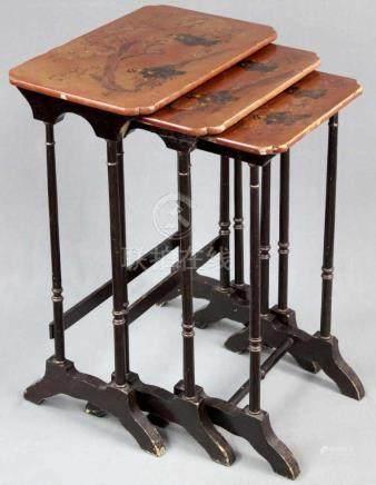 Beistelltische 3er Satz. China / Japan alt. Holz mit Lackmalerei.71 cm x 48 cm x 34 cm.Side tables